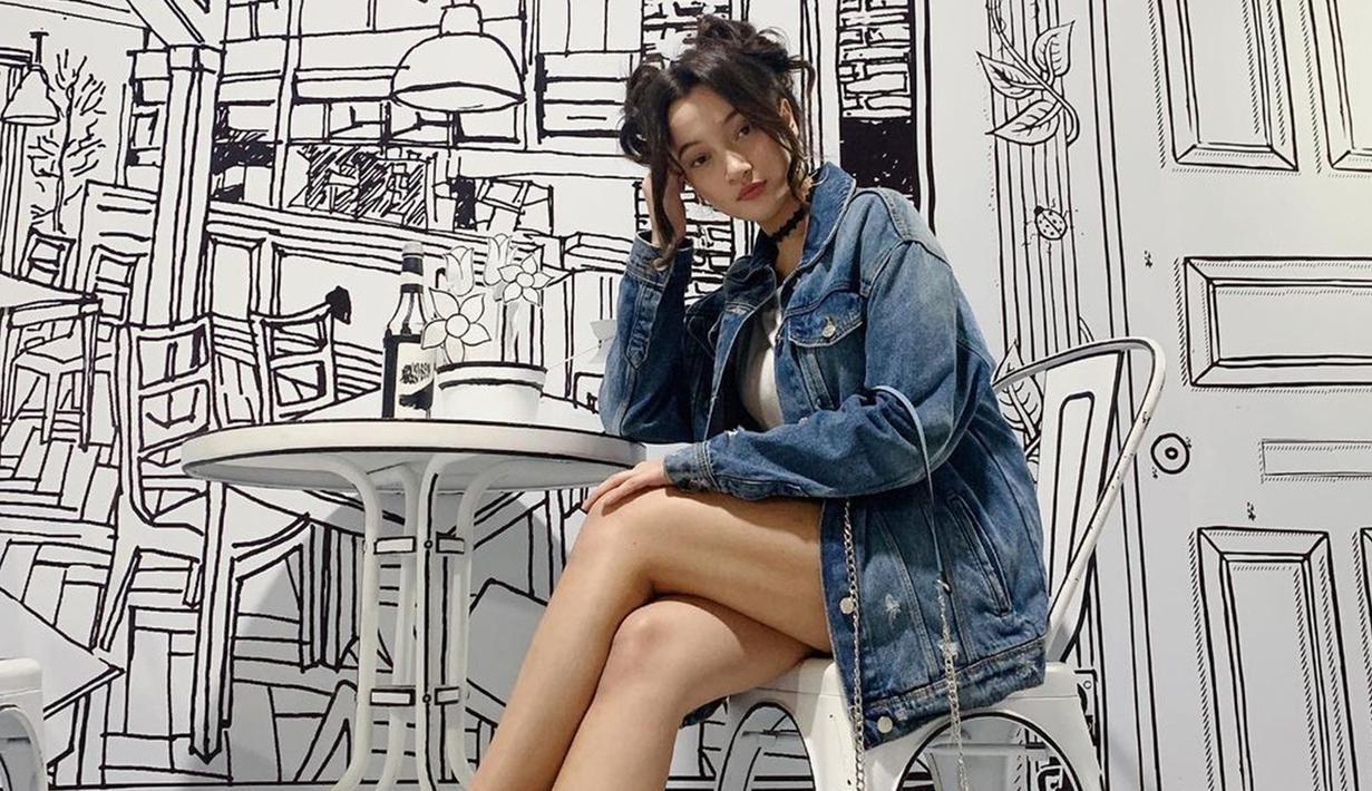 Gaya casual Megan Domani dengan jaket denim oversize ini pun curi perhatian netizen. Penampilan sederhana dengan model rambut space buns pun membuatnya terlihat menawan. (Liputan6.com/IG/@megandomani1410)