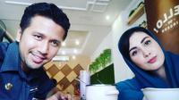 Lantaran sibuk kerja, Emil dan Arumi Bachsin pun jarang makan berdua. Dan akhirnya mereka pun bisa makan berdua meskipun tidak terencana. (Foto: instagram.com/arumi_arumi_94)