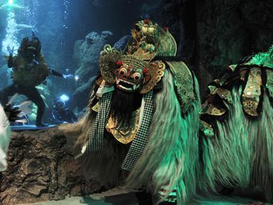 """Pertunjukan kesenian khas Bali bertajuk """"Barongan, An Epic Underwater Show"""" di akuarium utama Sea World Ancol, Jakarta, Senin (4/3). Pertunjukan itu dalam rangka memperingati Tahun Baru Saka atau dikenal dengan Hari Raya Nyepi. (merdeka.com/Iqbal Nugroho)"""