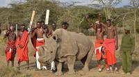 Pejuang Maasai berpose dengan satu-satunya pejantan dari tiga badak putih terakhir di dunia bernama Sudan di Nanyuki, Kenya, 18 Juni 2017. Sudan kini telah mati pada usia 45 tahun. (TONY KARUMBA/AFP)