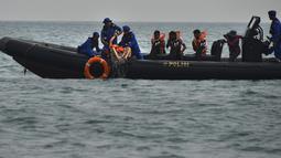 simulasi penyelamatan pengungsi luar negeri, dalam keadaan emergency di perairan Aceh. (CHAIDEER MAHYUDDIN / AFP)