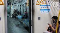 Penumpang berada di dalam kereta Moda Raya Terpadu (MRT) di Stasiun MRT, kawasan Jakarta, Senin (15/2/2021). Mulai 11 Februari 2021, jadwal operasional kereta MRT berlaku pukul 05.00-22.00 WIB pada Senin-Jumat dan di akhir pekan mulai pukul 06.00-22.00 WIB. (Liputan6.com/Johan Tallo)