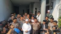Kapolda Metro Jaya Irjen Idham Azis menyambangi kediaman Ketua Majelis Ulama Indonesia (MUI) Maruf Amin di kawasan Koja, Jakarta Utara (Liputan6.com/Nanda Perdana Putra)