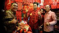 Gubernur DKI, Anies Baswedan berpose mengenakan baju tradisional khas China di toko langganannya di sekitar Vihara Dharma Bakti, Jakarta Barat, Jumat (16/2). Anies mengisi libur Imlek dengan datang ke Vihara Dharma Bakti. (Liputan6.com/Gempur M Surya)