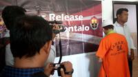 Direktorat Reserse Narkoba Polda Gorontalo mengamankan seorang pria otak di balik ekspolitasi anak-anak korban tsunami Palu jadi kurir narkoba. (Liputan6.com/ Arfandi Ibrahim)