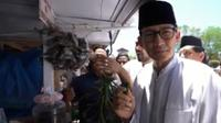 Sandiaga Uno saat mencicipi Ranup Mameh, jajanan khas Aceh. (dok. Instagram @sandiuno/https://www.instagram.com/p/Bw_w7xiBtg6/Putu Elmira)