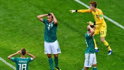 Para pemain Jerman tampak kecewa usai ditaklukkan  Korea Selatan pada Piala Dunia 2018 di Kazan Arena, Rusia, (27/6/2018). Jerman takluk 0-2 dari Korea Selatan. (AFP/Luis Acosta)