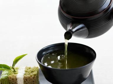 Teh hijau dianggap pilihan terbaik untuk membantu Anda tampil awet muda. Teh hijau diketahui memiliki nutrisi dan mineral yang berperan sebagai antioksidan, yang membantu menjaga kulit mulus dan sehat. (huffingtonpost.com)