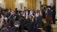 Presiden AS, Donald Trump mengarahkan telunjuknya ke jurnalis CNN, Jim Acosta dalam konferensi pers sesaat setelah pemilu sela di Gedung Putih, Rabu (7/11). Trump memerintahkan wartawan itu untuk meletakkan mikrofonnya dan duduk diam. (MANDEL NGAN/AFP)