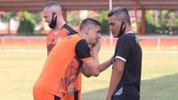 Persiraja Banda Aceh  berlatih di Stadion Dirmuthala pada Jumat (21/8/2020). (Bola.com/Permana Kusumadijaya)