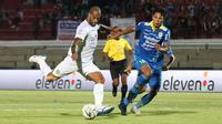 Striker Persebaya, David da Silva, dibayangi bek Persib, Achmad Jufriyanto, dalam laga di Stadion I Wayan Dipta, Gianyar (18/10/2019). (Bola.com/Aditya Wany)