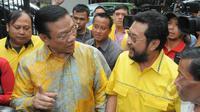 Ketum Golkar versi Munas Ancol, Agung Laksono (kiri) berbincang dengan pengurus Golkar, Yorrys Raweyai saat melakukan kunjungan ke rumah dinas Ketua MPR, Zulkifli Hasan, Jakarta, Kamis (12/3/2015). (Liputan6.com/Herman Zakharia)