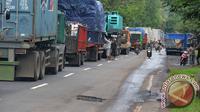 Antrean panjang di jalur Pantura itu hingga mencapai 10 kilometer. Bahkan, para pengendara harus rela menginap di jalan. (Ant/Seno)