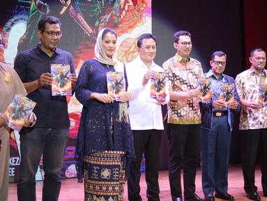 Artis Marcella Zalianty (ketiga kiri) berfoto bersama Kepala Bekraf Triawan Munaf (keempat kiri), Mantan Panglima TNI Gatot Nurmantyo (kedua kanan) saat peluncuran komik Keumalahayati di Jakarta, Senin (21/5). (Liputan6.com/Faizal Fanani)