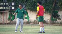 Aryn Williams dalam sesi latihan bersama pelatih Persebaya Surabaya, Aji Santoso. (Bola.com/Aditya Wany)