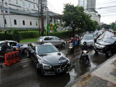 Kendaraan berputar arah akibat penutupan satu ruas Jalan Kemang Raya, Minggu (28/8). Penutupan terkait proses pengeringan lokasi parkir bawah tanah pertokoan akibat banjir yang terjadi sejak Sabtu malam (27/8). (Liputan6.com/Helmi Fithriansyah)