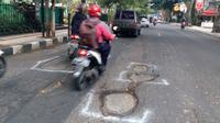 Pegiat antikorupsi menyebut masalah jalan berlubang Kota Malang karena pengerjaan proyek tak sesuai aturan (Liputan6.com/Zainul Arifin)