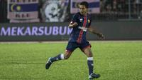 Gelandang Selangor FA, Evan Dimas, meminta bola saat melawan Kuala Lumpur FA pada laga Liga Super Malaysia di Stadion Kuala Lumpur, Cheras, Minggu (4/2/2018). Kuala Lumpur FA kalah 0-2 dari Selangor FA. (Bola.com/Vitalis Yogi Trisna)