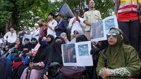 Sejumlah peserta aksi demo membawa foto mosai yang disebut mirip salib di depan Balai Kota Solo, Jumat (18/1).(Liputan6com/Fajar Abrori)