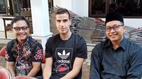 Ante Bakmaz (tengah), saat melayat ke rumah duka Wakil Walikota Kediri Hj. Lilik Muhibah. (Bola.com/Gatot Susetyo)