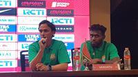 Paul Munster, pelatih Timnas Vanuatu (kiri), dan salah seorang pemainnya dalam sesi konferensi pers jelang uji coba kontra Timnas Indonesia di SUGBK, Jakarta (14/6/2019). (Bola.com/Zulfirdaus Harahap)