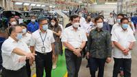 Tiga Menteri Presiden Joko Widodo (Jokowi) menyambangi pabrik Wuling di Cikarang, Jawa Barat. (Wuling)