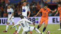 Aksi pemain Belanda, Kevin Strootman (kanan) melewati adangan pemain Luksemburg pada Kualiifikasi Piala Dunia 2018 di Rotterdam. (AFP/ John Thys)
