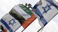Bendera Israel dan Uni Emirat Arab berjejer di jalan di kota pesisir Israel, Netanya, pada 16 Agustus 2020. (AFP/Jack Guez)