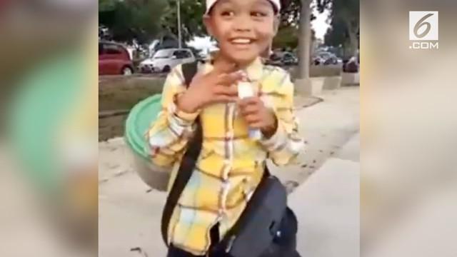 Seorang bocah mendadak viral karena menjajakan kuaci dengan suara mirip 'Upin Ipin'.
