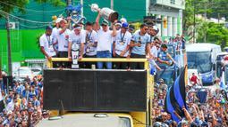 Pemain Gremio merayakan keberhasilan meraih juara Copa Libertadores dengan pawai di Porto Alegre, Brasil, Kamis (30/11/2017). Gremio menjadi juara Copa Libertadores setelah mengalahkan Lanus dengan skor agregat 3-1. (AFP/Itamar Aguiar)