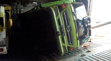 Sebuah truk pengangkut kayu roboh di Dek KM Kumala setelah dihantam ombakm setinggi 3 meter di kepulauan Bawean.