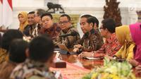 Presiden Joko Widodo berbincang dengan asosiasi pengusaha mikro, kecil dan menengah di Istana Merdeka, Jakarta, Selasa (18/6/2019). Jokowi mengatakan, pelaku UMKM di Indonesia memiliki kesempatan yang masih sangat longgar untuk mengembangkan usaha. (Liputan6.com/Angga Yuniar)