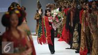 """Desainer Anne Avantie bersama para model menyapa pengungjung di Jakarta Fashion Week (JFW) 2016 di Senayan City, Jakarta, Selasa (27/10/2015). Koleksi kali ini Anne Avantie bertema """"Gambang Semarang"""". (Liputan6.com/Herman Zakharia)"""