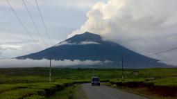Gunung Kerinci dengan ketinggian 3.805 mdpl merupakan gunung tertinggi di Sumatra. Gunung Kerinci terletak di Provinsi Jambi yang berbatasan dengan provinsi Sumatera Barat ini masih berstatus waspada. (Istimewa)