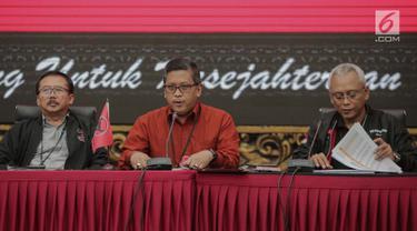 Sekjen PDI Perjuangan Hasto Kristiyanto (tengah) memberi keterangan pers terkait Pemilu 2019 di Jakarta, Rabu (8/5/2019). Hasto mengatakan PDI Perjuangan mengapresiasi kerja KPU dan Bawaslu dalam menyelenggarakan Pemilu 2019. (Liputan6.com/Faizal Fanani)