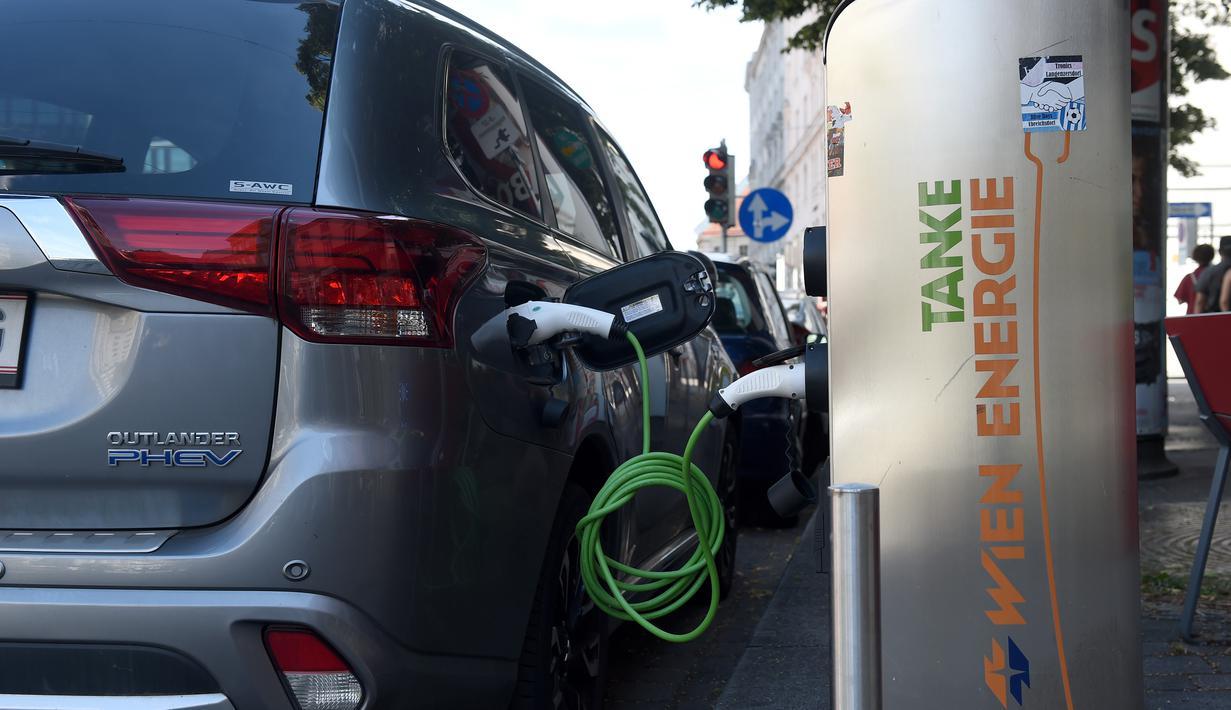 Mobil listrik sedang diisi daya di sebuah stasiun pengisian daya umum di Wina, Austria (14/7/2020). Menurut Asosiasi Federal Austria untuk Mobilitas Listrik, 4.805 mobil bertenaga listrik penuh telah didaftarkan di Austria hingga akhir Juni tahun ini, atau 4,3 persen dari seluruh pendaftaran mobil b