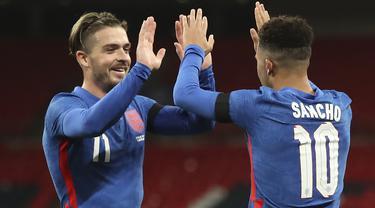 Striker Inggris, Jadon Sancho (kanan), merayakan gol yang dicetaknya bersama Jack Grealish dalam laga uji coba internasional melawan Republik Irlandia di Stadion Wembley, London, Jumat (13/11/2020) dini hari WIB. Inggris menang 3-0 atas Republik Irlandia. (AP/Nick Potts/Pool)