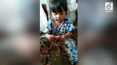 Aksi seorang bocah cilik ini sukses membuat warganet terharu. Di usianya yang masih belia, bocah tersebut membantu sang ibu bekerja mengupas bawang.