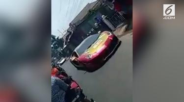 Perjalanan ambulans yang melintas tertunda akibat terhalang oleh barisan konvoi mobil-mobil mewah yang melintas.
