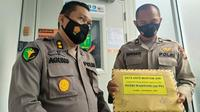 Tim medis RS Bhayangkara Polda Riau memperlihatkan berkas antemortem korban Sriwijaya Air jatuh dari Pekanbaru. (Liputan6.com/M Syukur)