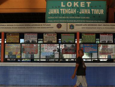 Suasana Terminal Bus Antar Kota Antar Provinsi, Kampung Rambutan, Jakarta, Kamis (7/5/2020). Meski Menhub Budi Karya Sumadi mengijinkan kembali seluruh moda transportasi beroperasi kembali namun aktivitas di terminal bus AKAP Kampung Rambutan masih terlihat kosong. (Liputan6.com/Helmi Fithriansyah)