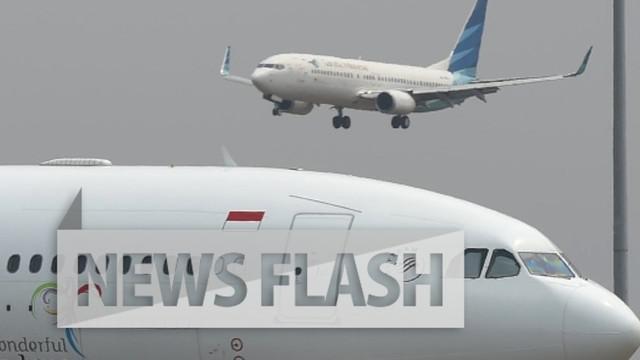 Bandara Ngurah Rai, Bali terpaksa ditutup selama 4 jam akibat kerusakan pada landasan.