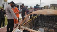 Mobil korban yang dibakar perampok bersenjata api usai menembak korban di jalanan. (Liputan6.com/M Syukur)