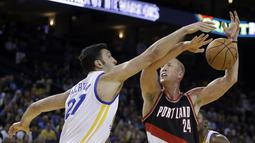 Pemain Golden State Warriors, Zaza Pachulia (kiri) menghadang tembakan pemain Portland Trail Blazers, Mason Plumlee #24 pada laga preseason NBA basketball game, Oakland, California, Sabtu (22/10/2016) WIB. Warriors 107-96. (AP/Ben Margot)