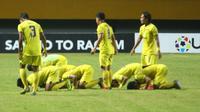 Pemain Persik Kediri melakukan sujud syukur usai mengalahkan Persita pada partai kedua babak delapan besar Grup B Liga 2 2019. (Bola.com/Gatot Susetyo)
