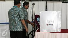 Pasein RSCM Lisa Hartanti dibantu petugas bersiap mencobloskan surat suara saat mengikuti Pilkada DKI 2017 di TPS 15 RSCM, Jakarta, Rabu (15/2/2017). (Liputan6.com/Herman Zakharia)