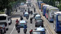 Pengendara sepeda motor saat melintas di Jalan Medan Merdeka Barat, Jakarta, Senin (2/7). DTKJ atas rekomendasi Dishub DKI Jakarta sedang mempelajari kajian pembatasan kendaraan roda dua dengan sistem ganjil-genap. (Merdeka.com/ Iqbal S. Nugroho)