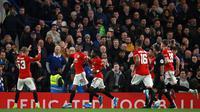 Striker Manchester United, Marcus Rashford (kedua kiri) merayakan golnya ke gawang Chelsea dalam babak keempat Carabao Cup di Stamford Bridge, Rabu (30/10/2019). Dua gol Marcus Rashford berujung pada kemenangan 2-1 MU atas Chelsea. (AP/Ian Walton)