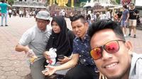 Andik Vermansah bersama keluarga traveling di Malaysia. (Bola.com/Dok.pribadi)