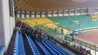 Para pemain Timnas Indonesia U-16 diajak oleh sang pelatih, Bima Sakti, menyaksikan pertandingan antara Timnas Indonesia U-19 kontra Iran di Stadion Patriot Candrabhaga, Bekasi, Sabtu (7/9/2019). (Bola.com/Zulfirdaus Harahap)